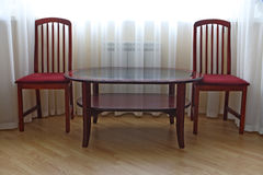 Zwei Stühle und Tabelle Lizenzfreies Stockfoto