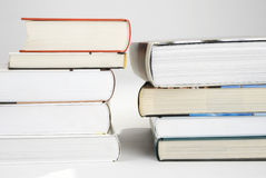 Zwei Stapel der Bücher Stockfotos