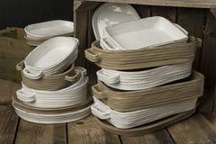 Zwei Stapel der weißen und Tan-farbigen Töpferware Lizenzfreie Stockfotografie