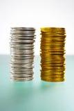 Zwei Stapel Silber- und Goldmünzen lizenzfreie stockbilder