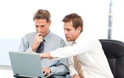 Zwei stattliche Geschäftsmänner, die zusammenarbeiten Stockbilder