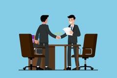 Zwei stehende Geschäftsmänner und rütteln Hände Lizenzfreie Stockfotos