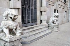 Zwei Steinlöwen an der Tür Stockfotografie