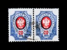 Zwei Stempel, die in Russland gedruckt werden, zeigt Briefmarke des russischen Reiches mit dem Wappen, circa 1911 Stockfoto