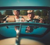 Zwei stilvolle Damen in einem Auto Stockfoto