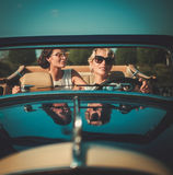 Zwei stilvolle Damen in einem klassischen Kabriolett stockfotos