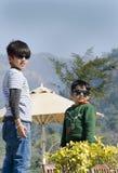 Zwei stilvolle Kinder, die Spaß haben stockfotografie