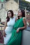 Zwei stilvolle Mädchen auf Sommerterrasse stockfotos
