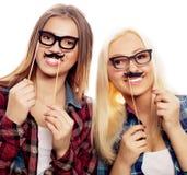 Zwei stilvolle sexy Hippie-Mädchen Stockfoto