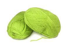 Zwei Stränge grünes Wollegarn. Stockfotos