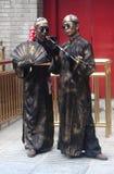 Zwei Straßenkünstler in den spezifischen costums und mit Lizenzfreie Stockfotos