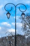 Zwei Straßenlaterne im Park am Wintertag lizenzfreie stockfotografie