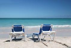 Zwei Strand-Stühle auf Sand-Strand und Ozean Stockbild