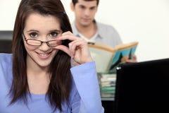 Zwei Studenten in der Hochschulklasse Lizenzfreies Stockfoto
