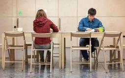 Zwei Studenten, die am Campus-Club-Bereich sitzen Stockfoto