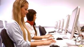 Zwei Studenten, die an einem Computer arbeiten stock video footage