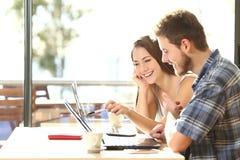 Zwei Studenten, die in einer Kaffeestube studieren stockbild