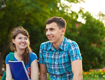 Zwei Studenten oder Jugendliche mit Notizbüchern draußen Stockfotos
