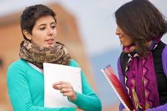 Zwei Studenten am Park mit Büchern auf Händen lizenzfreie stockfotografie