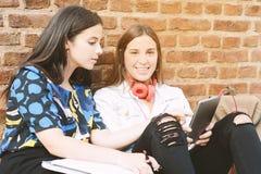 Zwei Studentinnen bereiten sich für Prüfungen vor Lizenzfreies Stockfoto
