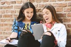 Zwei Studentinnen bereiten sich für Prüfungen vor Stockbilder
