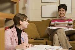 Zwei Studentinnen, die in ihrem Schlafsaal studieren lizenzfreie stockfotografie
