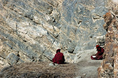 Zwei studing Mönche lizenzfreies stockbild