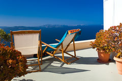 Zwei Stuhl- und Seeansicht über Santorini Stockbild