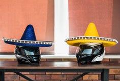Zwei Sturzhelme in den Hüten Lizenzfreie Stockbilder
