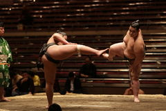 Zwei Sumoringkämpfer, die zu einem Kampf fertig werden lizenzfreies stockfoto