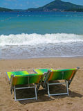 Zwei sunbeds am Strand Lizenzfreies Stockbild