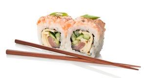 Zwei Sushi mit Essstäbchen Stockfoto