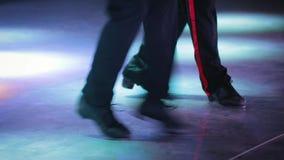 Zwei Tänzer, die auf Stadiumsschritt tanzen stock video