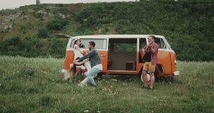 Zwei Tänzer haben die schöne Zeit zusammen am Picknick und tanzen und bewegen reizend, etwas von dem Freund, der an der Gitarre s stock footage