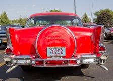 Zwei Tür 57 Chevy Rot-Rückseiten-Ansicht Stockfotografie