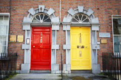 Zwei Türen auf Ziegelsteingebäude lizenzfreies stockbild