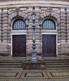 Zwei Türen und Laterne Stockbild