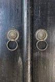 Zwei Türknäufe von den Ringen gemacht vom schwarzen Eisen Lizenzfreie Stockfotos
