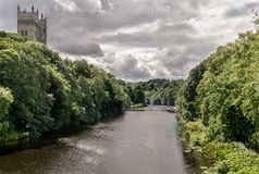 Zwei Türme, die oben durch einen Wald und eine Steinbrücke haften lizenzfreies stockfoto