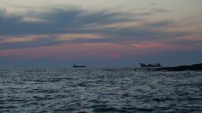 Zwei Tanker im Meer bei drastischem Sonnenuntergang über dem Meer stock video