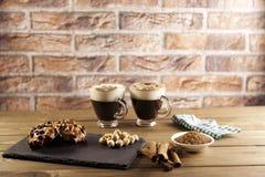Zwei Tasse Kaffee und Plätzchen auf Holz lizenzfreie stockbilder