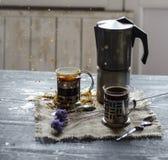 Zwei Tasse Kaffees auf dem hölzernen Hintergrund Stockfoto