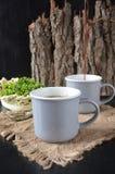Zwei Tasse Kaffees auf dem hölzernen Hintergrund Lizenzfreie Stockfotos