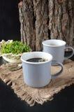 Zwei Tasse Kaffees auf dem hölzernen Hintergrund Stockfotos