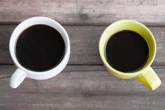 Zwei Tasse Kaffees auf Tabelle Stockbilder