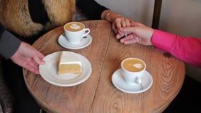 Zwei Tasse Kaffees mit einem Muster auf einer Tabelle stock footage
