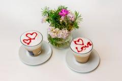 Zwei Tasse Kaffees mit Herzen für Liebhaber auf einem weißen Hintergrund Stockfoto