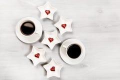 Zwei Tasse Kaffees und geformte Bonbons des Herzens Lizenzfreies Stockfoto