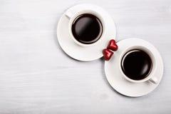 Zwei Tasse Kaffees und geformte Bonbons des Herzens Stockfoto