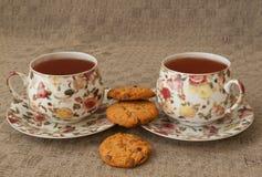Zwei Tasse Tee und creackers auf grauem Leinen Lizenzfreies Stockbild